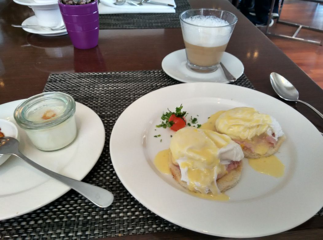 radisson-blu-bucharest-breakfast-egg-benedict