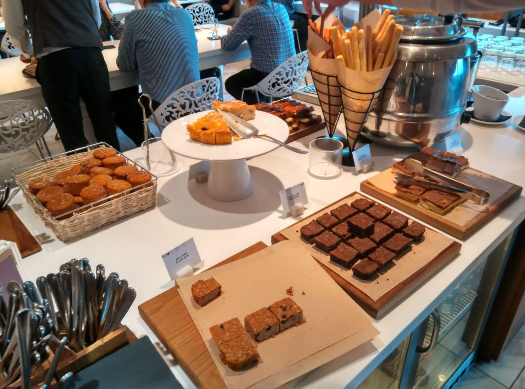 lhr-t3-no1-lounge-cakes
