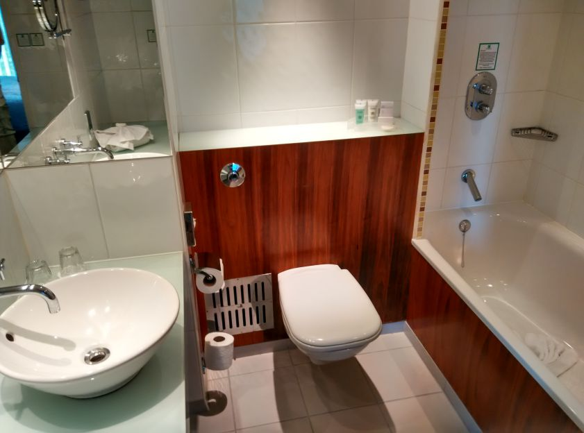 holiday-inn-camden-lock-bathroom