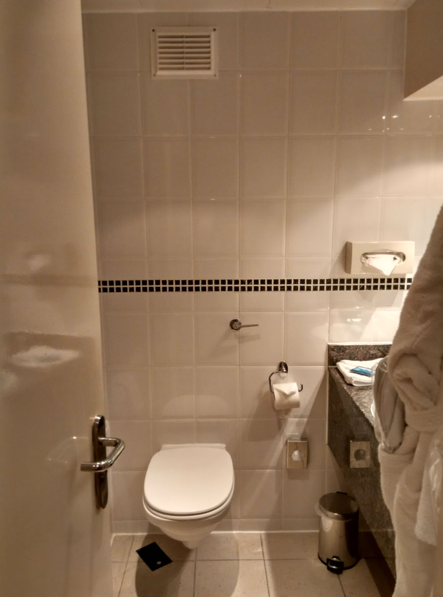 hilton-stansted-bathroom