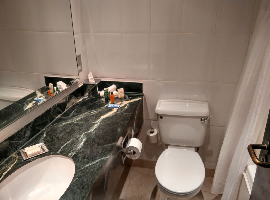 hilton-london-kensington-bathroom
