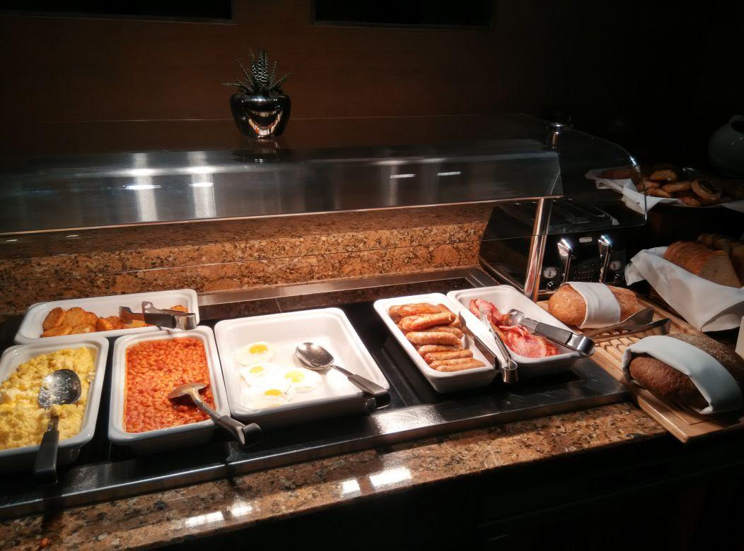 crowne-plaza-london-kensington-lounge-breakfast-hot-food
