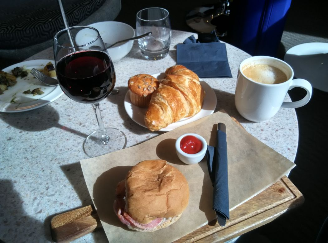 lhr-t3-no1-lounge-bacon-roll