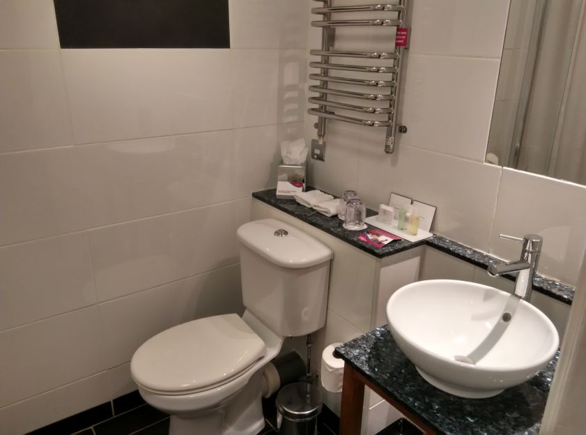 crowne-plaza-edinburgh-bathroom