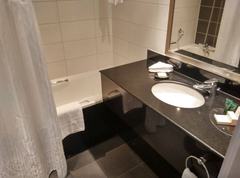 hilton-london-olympia-bathroom