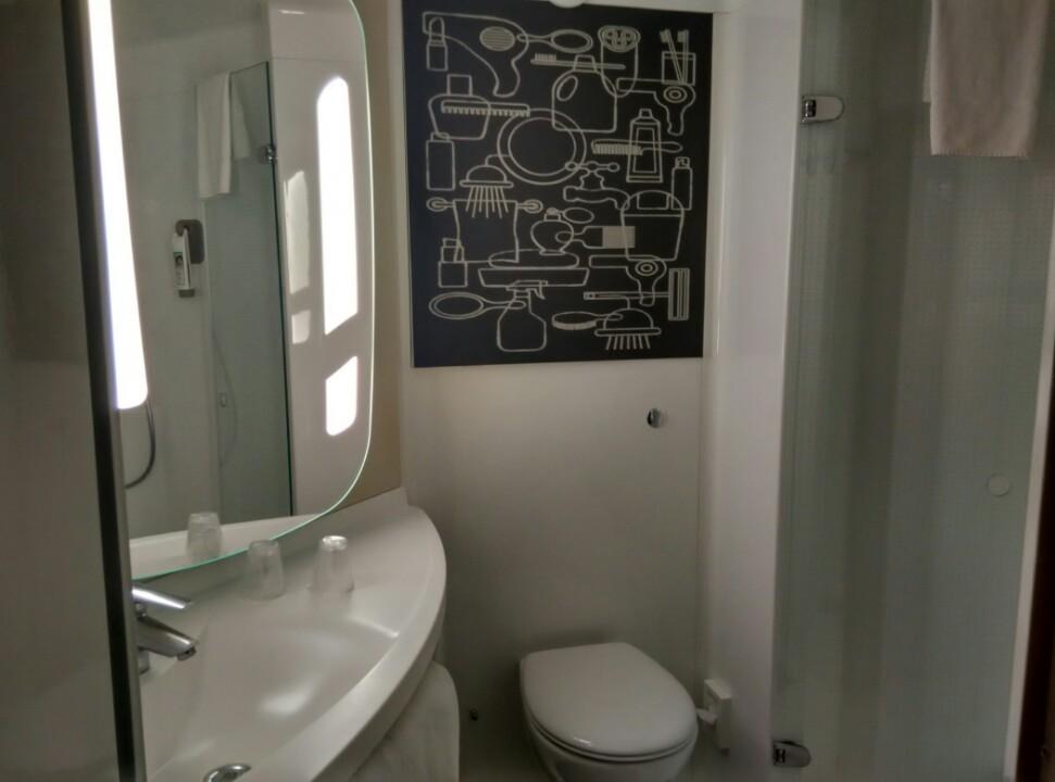 ibis-london-excel-docklands-bathroom