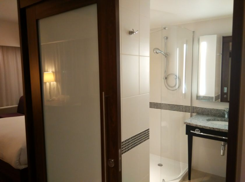 hampton-london-gatwick-bathroom